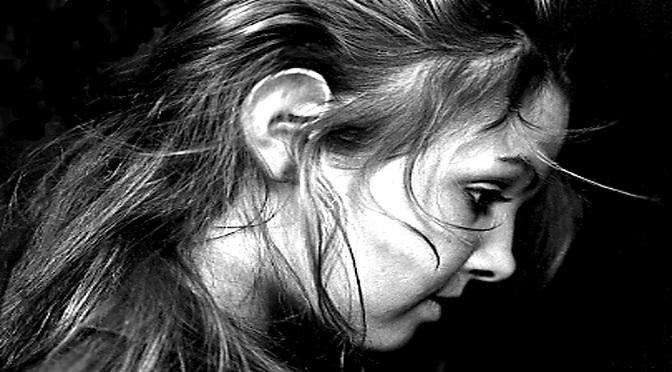 Jeune fille écoutant